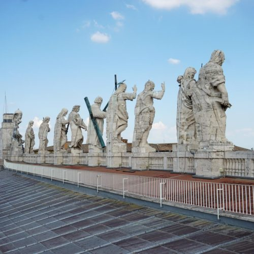 12 Apostel Statuen am Petersdom